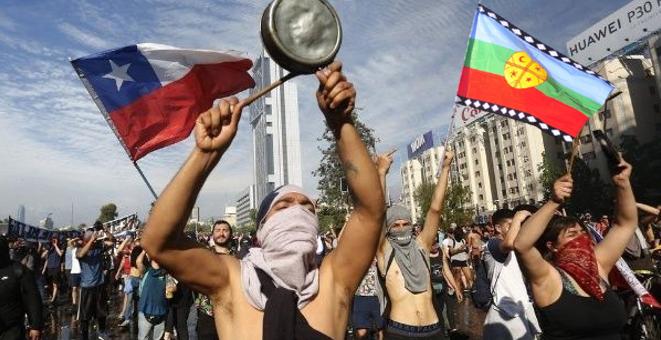 """""""Tenemos hambre"""": la cruda realidad de Chile:""""Los hambrientos/marginados piden pan ,balas le da """"la policía/pacos y milicos corruptos: """"La historia oficial se repite como farsa y después como tragedia""""…"""